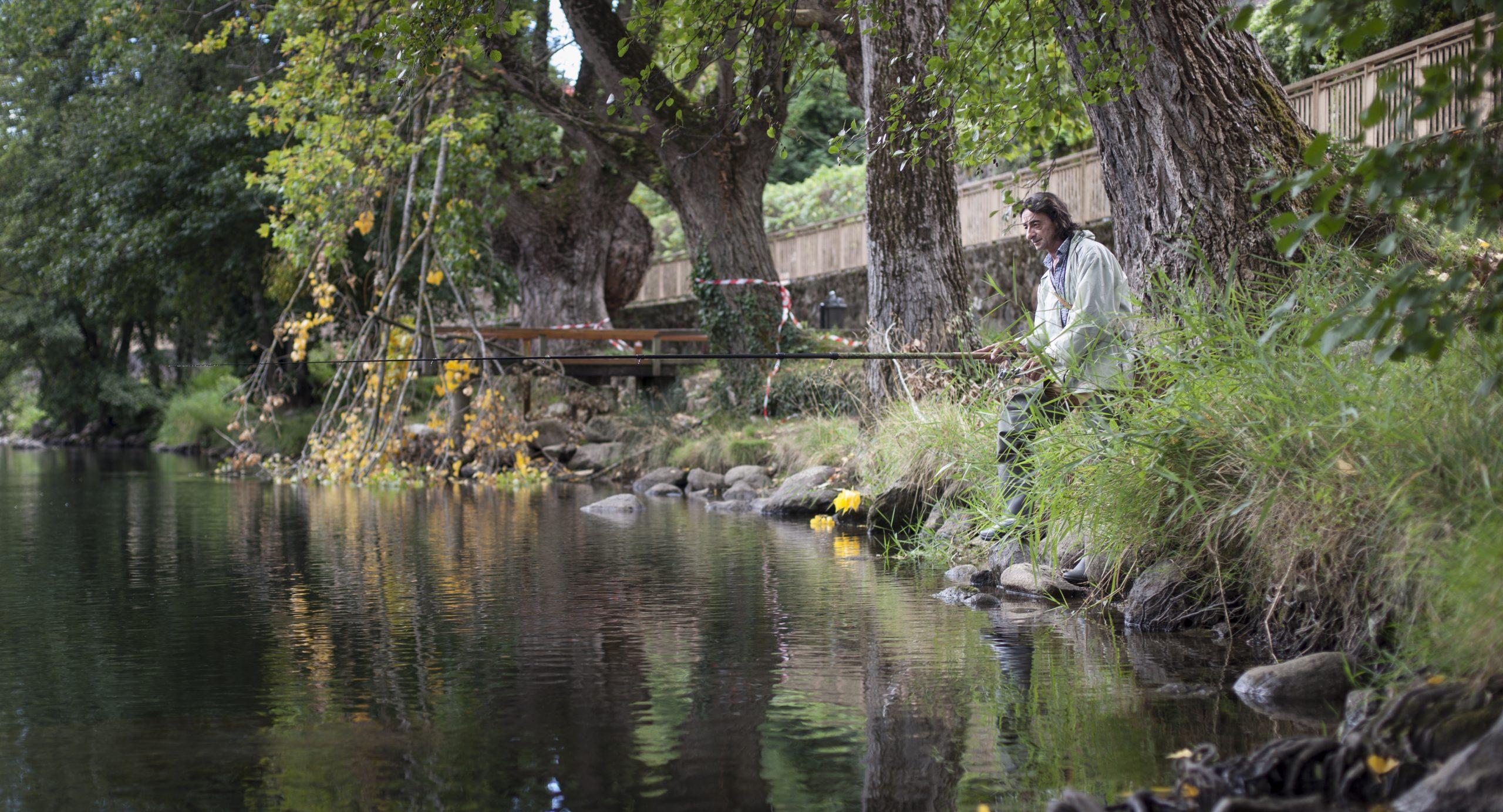 Berardo Sandoval pêche dans l'Ariège, à Foix
