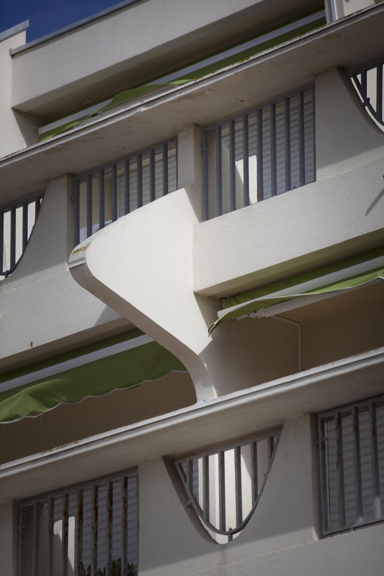 Les balcons en forme de nez de de Gaulle. La Grande Motte