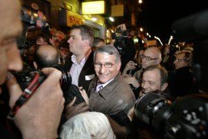 Pierre Cohen arrive devant son QG de campagne à l'issu des premières estimations le donnant gagnant aux éléctions municipales devant Jean Luc Moudenc le Maire sortant. 16/03/08 Toulouse Frédéric Scheiber