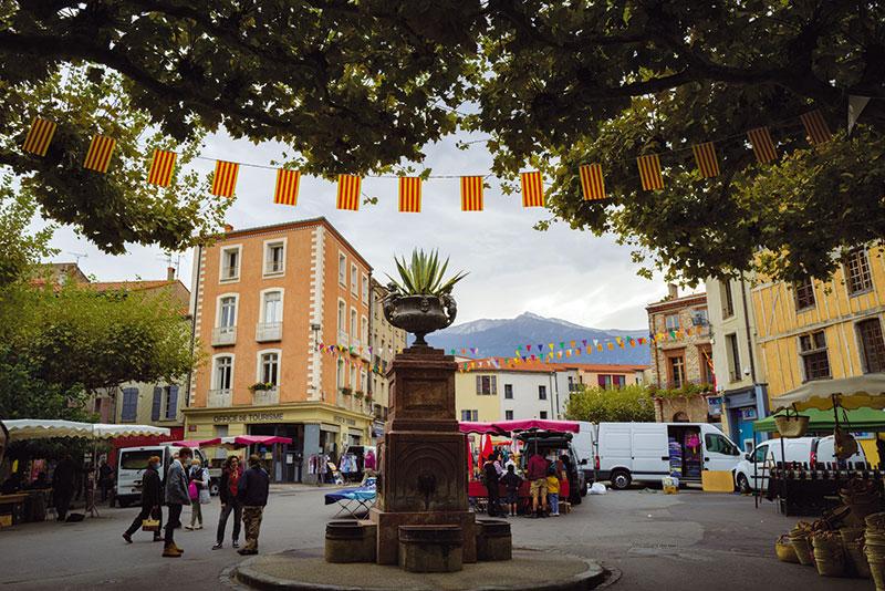 La place centrale de Prades un jour de marché.