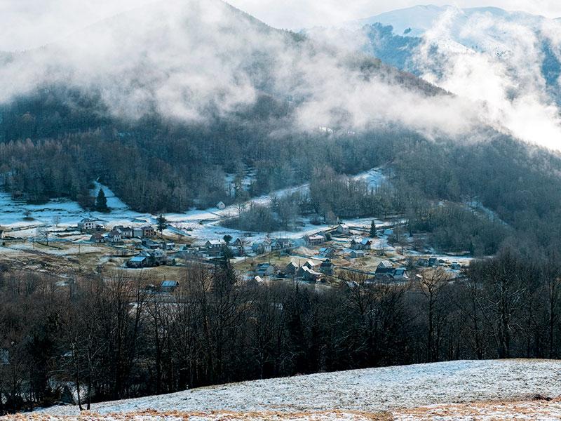 Les Pyrénées ariégeoises embrumées, décor de La Chasse, le prochain thriller de Bernard Minier annoncé pour le printemps.